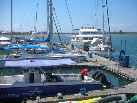 und dann kommen wir wieder im Benoa Yachthafen an.