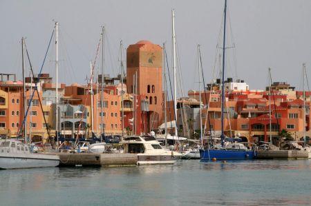 Yachthafen von Hurghada. Nur die Häuser am Hafen sind schön, dahinter herrschen Schmutz und abbruchreife Häuser