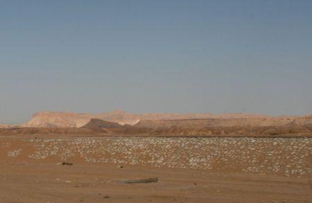 Der Weg nach Luxor geht lange durch karge Berge und ....