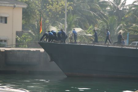 Danach legt das grosse Marineboot, was gleich neben uns lag, ab.