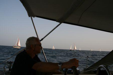 Nach dem Start nehmen die Boot ihre festgelegte Position im Konvoi