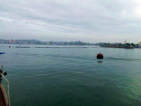 Am Abend wird ein Guertel aus Bojen vor der Hafeneinfahrt ausgelegt und niemand kann ein- oder ausflaufen.