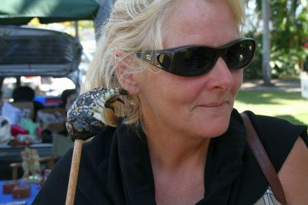 Auf dem Markt in Port Douglas gibt es allerhand Skuriles zu kaufen. Eva hat Freude an  einer Krokodilpfote am Stiel.