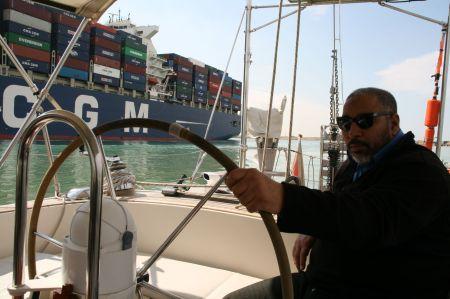 Der 1. Lotse steuert unser Boot auf der Strecke von Port Suez nach Ismailia
