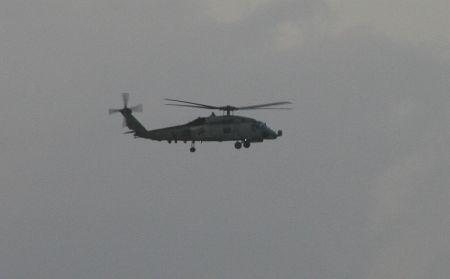 Mehrfach werden wir von Marine Hubschraubern und Flugzeugen ueberflogen