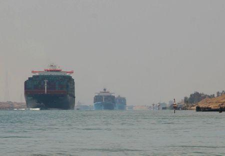 Ein riesiges Containerschiff nach dem anderen überholen uns in dem schmalen Kanal.