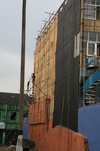 Hier wird eine Fassade neu gestrichen. Jaap .....