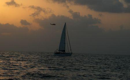 Schon ganz frueh am Morgen kommt ein Hubschrauber und fliegt fuer uns ein Stueck unserer Route ab und kontrolliert ein auffaelliges Boot.