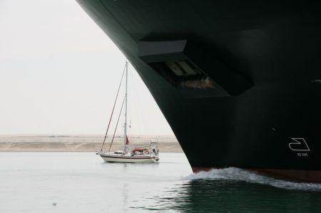 Wir sind wieder mit der Golden Tilla untewegs, die  hier fast unter dem bug eines großen Tankers verschwindet.