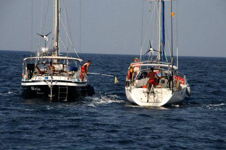 Fischübergabe - alle Boote bekommen etwas vom großen Thunfisch.