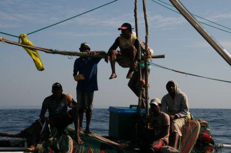 Vor der Kueste von Sri Lanka kommen die ersten Fischerboote in unsere Naehe und betteln um Bier und Zigaretten.