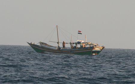 Dieses Schiff jagte uns einen ordentlichen Schrecken ein. Es fuehrte zwar die Flagge vom Yemen aber die kann ja jeder hochziehen.  Auf dem Schiff sieht ein zweites, kleines Boot liegen. Das ist eigentlich typisch fuer die Piraten. Mit den kleinen Booten greifen Sie die Yachten an. Als dieses Schiff in unsere Naehe kam, waren die Schiffe von Konvoi innerhalb kuerzester Zeit auf Bootslaenge zusammengerueckt.