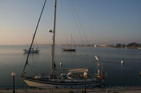 In der Mitte des Suezkanals - Ismailia.  Hier liegen wir an der Pier und hier gibt es ....