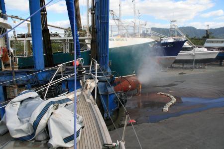 In unmittelbarer Nähe unseres Bootes wird an anderen Schiffen gearbeitet. Es gibt viel Dreck.