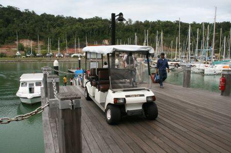 Autos gibt es auf der Insel nicht. Die Gäste des Ressort werden mit diesen Elektroautos transportiert.