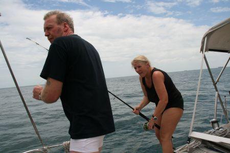Kurz vor Port Dickson schlägt das erste  Mal die Angel an. Das muss ein Riesenfisch sein. Jaap kämpft bis auf einmal eine große Schildkröte aus dem Wasser guckt. Wir versuchen alles, um den Köder von der Schildkröte zu lösen aber sie ist derart stark das wir keine Chance haben, an Sie heranzukommen. Irgendwann reißt die Angelschnur.