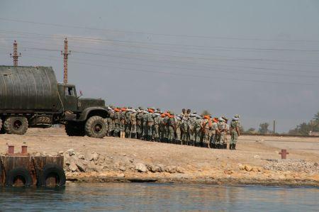 Auch die zweite Etappe durch den Kanal ist eher langweilig. An beiden Seiten des Kanals Wüste und viele Militärstationen und nur selten kleine Ortschaften.