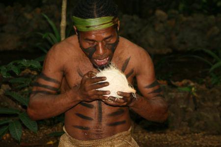 Dieser Mann schält eine Kokosnuss mit den Zähnen und ....