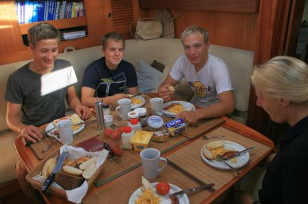 Am Sonntag gibt es ein gemeinsames Frühstück auf der Sola Gracia.