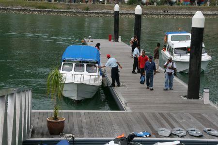 Mit diesen kleinen Schnellbooten werden die Yachtleute und Ressortgäste an Land gebracht.