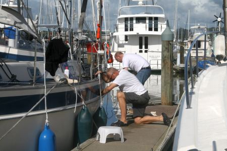 Die Sonne scheint und der blaue Streifen am Schiff muß schon lange mal poliert werden. Gerald und Rüdiger nutzen die Wartezeit :-)