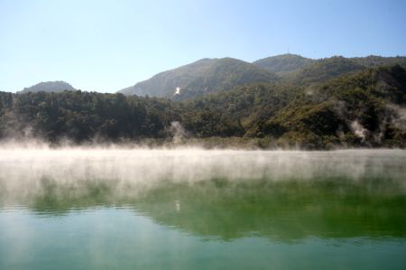 Auch dieser kleine See dampft.
