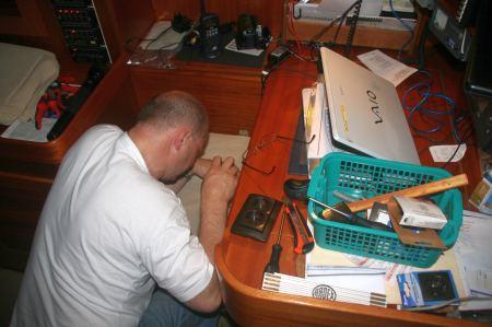 Kabel werden verlegt und Steckdosen installiert.
