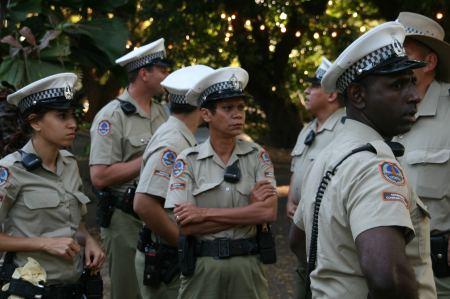 dort finden wir ein großes Polizeiaufgebot