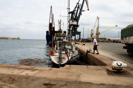 Hier liegt unser Boot im Industriehafen von Massawa, Eritrea.