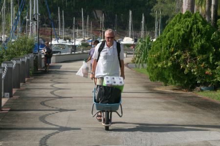 Zurück auf der Insel transportieren wir unser Eingekauftes den langen Weg von der Fähre zum Boot in einer Schubkarre.