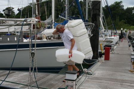 In der Backskiste lagern bereits 250 Liter Reservediesel. Diese neuen 10 Kannister müssen zuerst einmal sicher an der Reeling befestigt werden. Im Boot finden sie keinen Platz mehr.