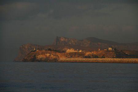 .... kargen Hafeneinfahrt von Salalah an.