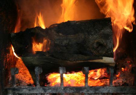 Es ist herrlich winter- und weihnachtlich. Der Kamin brennt ....