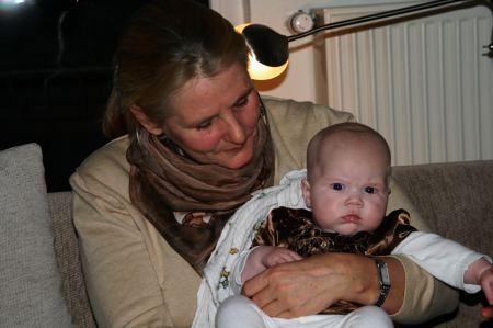 Eva genießt Joy, die kleinste Enkelin von Juliane und Jaap. Unsere Kinden,
