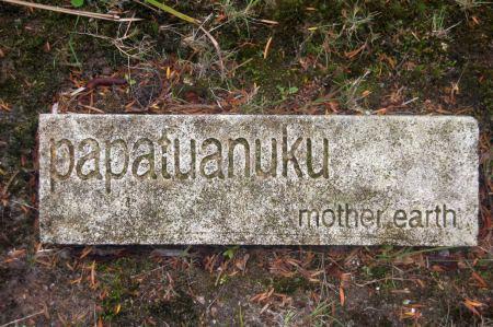 Im Te Pò Park findet man überall keine Steine, die auf die Maori Sprache aufmerksam machen.