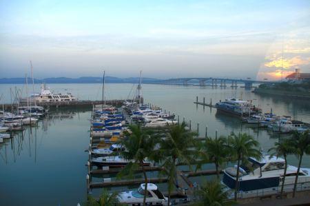 Hafen liegen wir nun. Direkt hinter dem Hafengelände ....