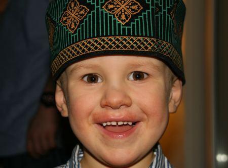 Henry probiert gleich mal den Hut, den wir in Little India in Singapur erstanden haben.