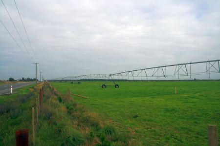 Die Weiden werden mit riesigen Anlagen Bewässert.