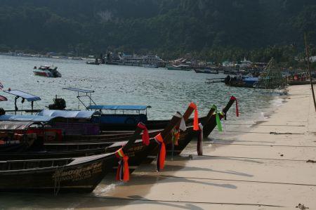 Mit diesen Wassertaxis werden die Touristen zu den kleinen, umliegenden Inseln gebracht.