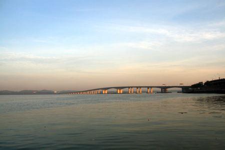 ...  verbindet eine moderne Brücke Malaysia mit Singapur. Täglich pendeln etwa 50.000 Menschen von Malaysia nach Singapur um dort zu arbeiten.
