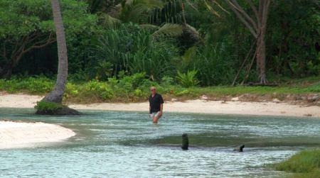 Auf dem weiteren Weg um die Insel kommen wir an eine schöne Bucht und Rüdiger watet durch das Wasser um ...