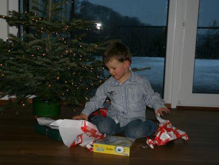 Es werden Geschenke ausgepackt und ....