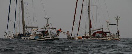 Ulli uebergibt Marianne von der Brio die Schlaufe auf einem Bootshaken. Dann ....