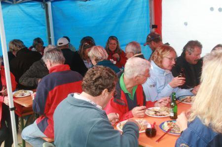 TO-Stützpunktleiter veranstaltet für die Segler ein Scheinebraten mit Sauerkraut Essen.