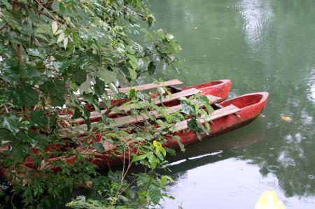 Mit diesem Kanu machen wir eine Fahrt auf dem Napkoa Fluss.