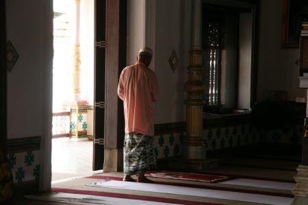In der Moschee wird gebetet. Unser TAxifahrer und Führer Ranjit erklärt ....