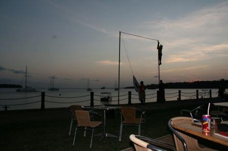 """Nicht weit entfernt wird für den Abend ein Freiluftkino """"mit Blick aufs Meer"""" aufgebaut."""