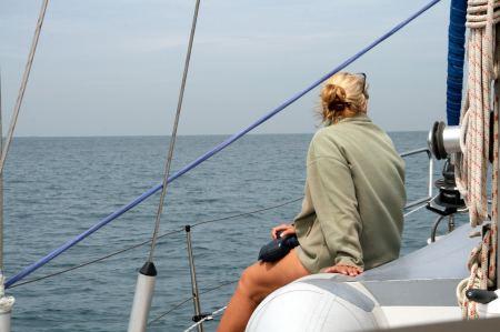 Eva sucht mit dem Fernglas die Meeresoberfläche nach Fischfallen und Netzen ab. Auf keine Fall wollen wir da hinein geraten.
