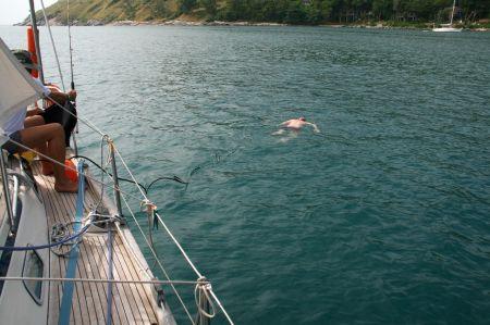 """.... aufs Boot. Jaap testet den """"Gartenschlauch"""". Rüdiger ....."""