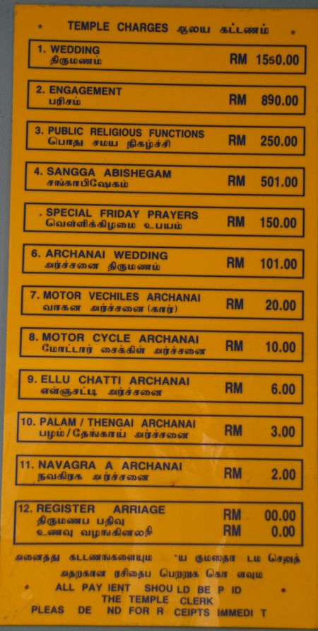 In der Moschee hängt eine Preisliste. Man kann hier (fast) alles segnen lassen und hier stehen die Preise. Z.B. kostet die Segnung für ein Motorrad 10 Ringgit also etwa 2,30 Euro.